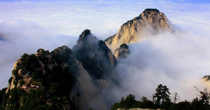 西安华山勇攀奇险一日游,西峰上北峰下.含华山大门票、进山车、西峰上行索道、北峰下行索道。